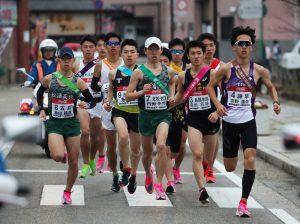 【第69回大会】第2日、郷土の誇りをたすきに込めてスタートする11チームの1区の選手たち=平戸市